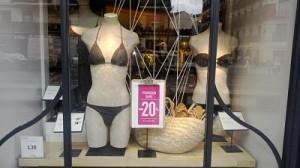 escaparate de bikinis en rebajas