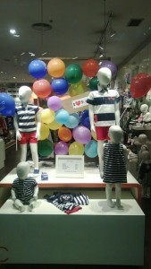 escaparates infantiles con globos