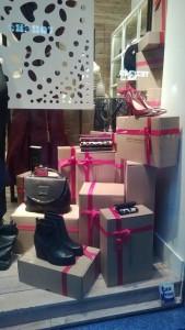 escaparates de navidad con regalos