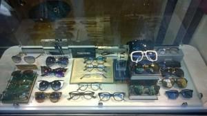 como exponer gafas en un escaparate