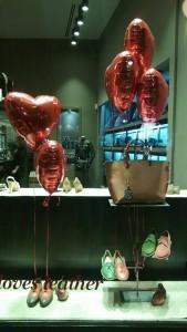 globos para san valentin en escaparates