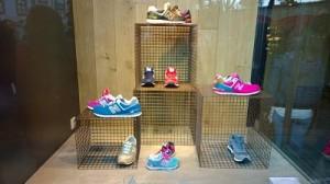 escaparates de zapatillas deportivas